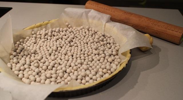 recouvrir-la-pate-de-poids-avant-la-cuisson-tarte-aux-pommes-de-chef