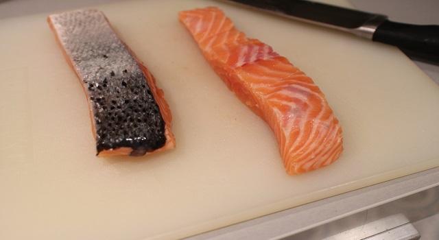 retirer-la-peau-du-saumon-healthy-saumon-pavot-graines-de-lin-patate-douce