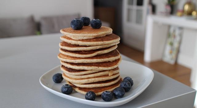 ajouter des fruits frais et du sirop d'erable - pancakes-healthy-proteines