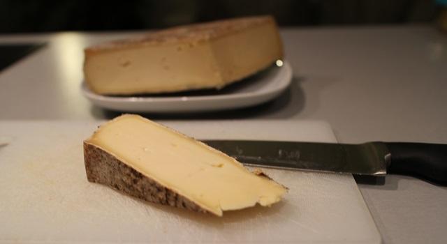 découper le fromage - Croustillant de Saint Nectaire