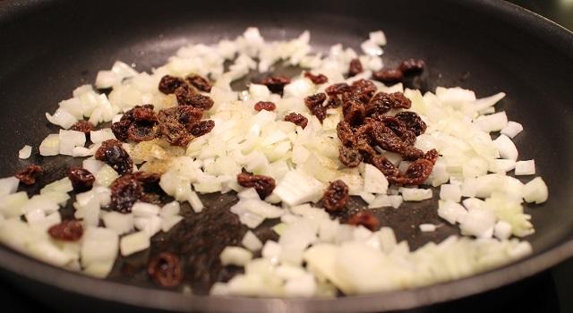 faire fondre les oignons raisins secs - Croustillant de Saint Nectaire