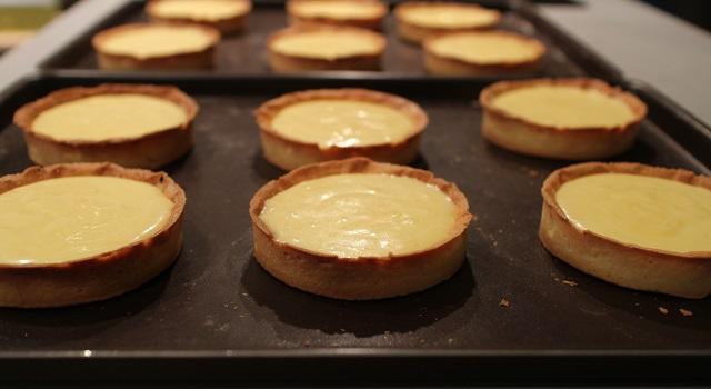 verser la crème sur les tartelettes - la-tarte-au-citron-meringuee