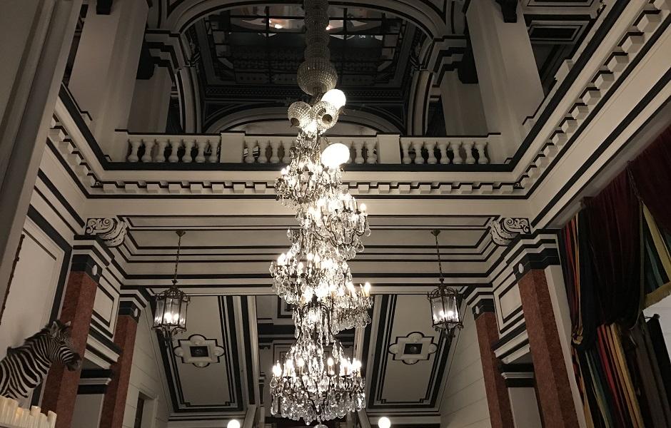 cascade de lustres - Restaurant Saint-James Paris l'étoilé secret