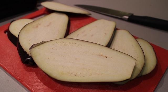 découper les aubergines - Makis a l'italienne au jambon de parme