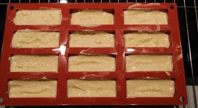verser la préparation dans des moules - Ananas moelleux en gâteau