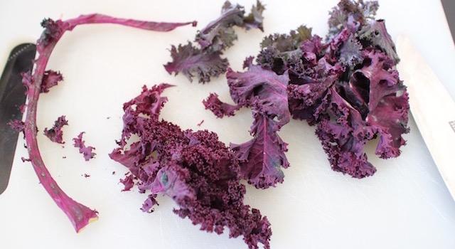 découper le kale -Salade de kale aux harengs fumés