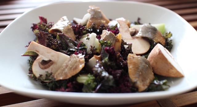 servir la salade - Salade de kale aux harengs fumés