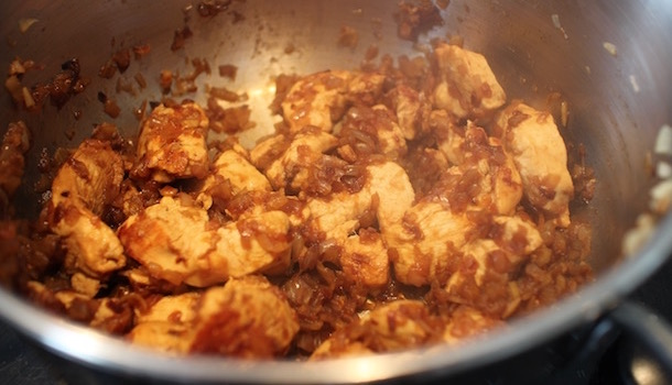 faire revenir le poulet et les oignons - Poulet balti - tomate gingembre poivrons