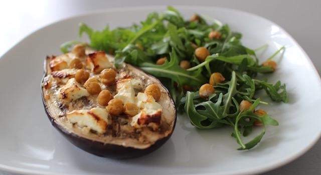 servir l'aubergine avec de la roquette - Veggie aubergine gourmande