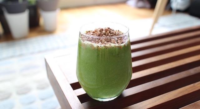 servir le Smoothie vert de légumes au sarrasin croustillant