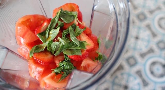 ajouter le basilic frais - Lovely Smoothie tomates fraises au basilic
