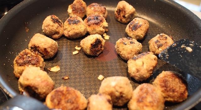 cuire les boulettes - Boulettes d'agneau, polenta au lait d'amande