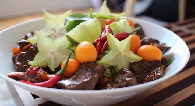 servir le plat - Salade de bœuf thaï exotique