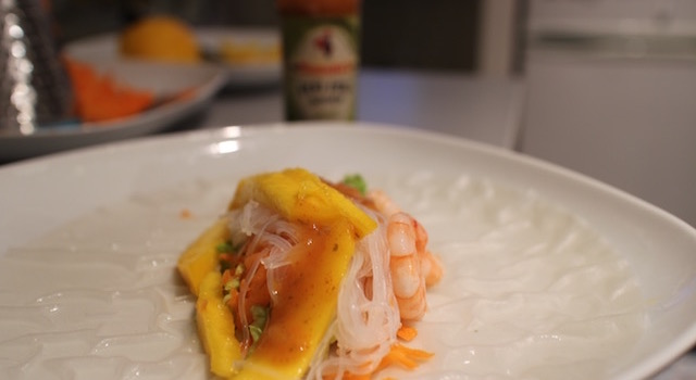 ajouter la sauce à l'intérieur - Rouleaux de printemps mangue - crevettes - piri piri