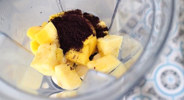 ajouter la poudre d'acai - Açaï bowl de saison - mangue figues ananas