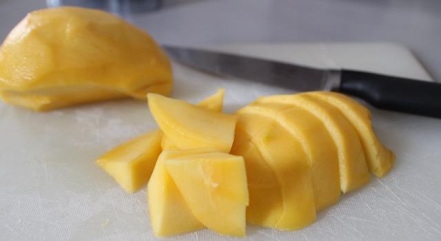 découper la mangue - Açaï bowl de saison - mangue figues ananas
