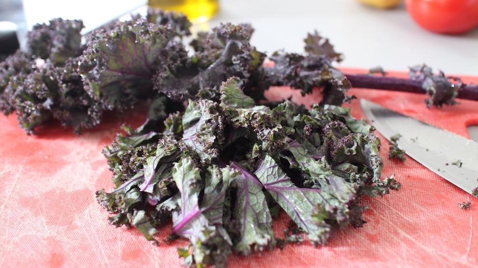 découper le kale - Le meilleur brunch healthy maison de Paris