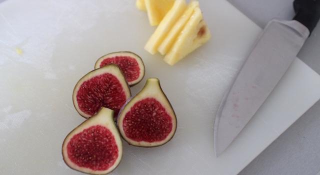 découper les fruits - Açaï bowl de saison - mangue figues ananas