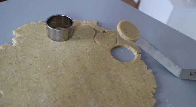 découpe des sablés - Biscuits sablés au sésame