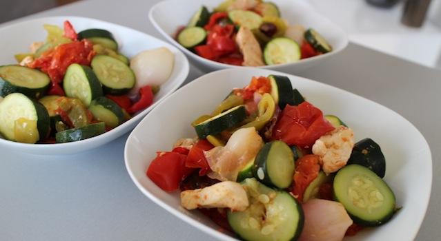 delicieuse cocotte de légumes d'été et poulet cuit a l'étouffée