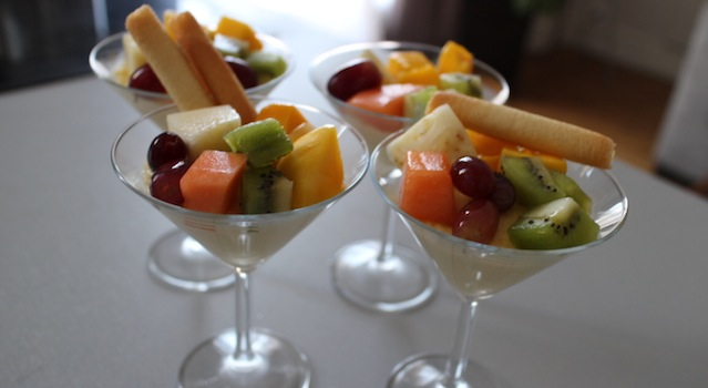 les crèmes coco aux fruits exotiques joliement dressées prêtes à servir