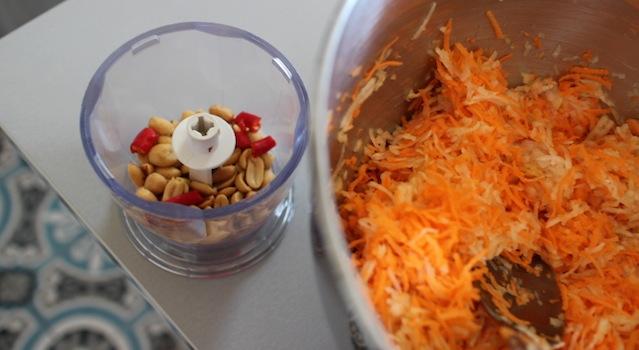râper la papaye er hacher les cacahuetes - Salade de papaye verte de Koh Samui.JPG