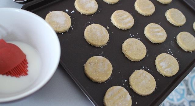 sablés badigeonnés de lait avant cuisson - Biscuits sablés au sésame