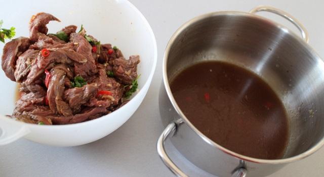 sortir le boeuf de la marinade et préparer la sauce - Boeuf sauté Thaï - Le tigre qui pleure