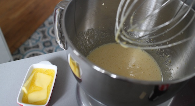 ajouter le beurre fondu aux oeufs - Cantuccini - le dessert toscan traditionnel