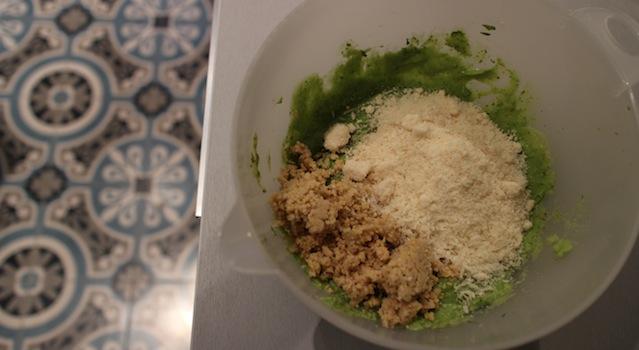 ajouter le parmesan râpé et les pignons de pin hachés - Sauce pesto légère et healthy