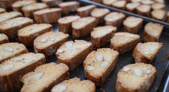 cantuccini dorés des deux côtés - Cantuccini - le dessert toscan traditionnel
