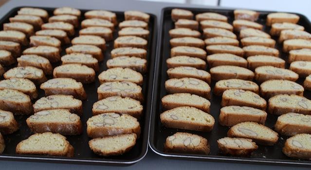 disposer les biscuits sur les plaques à patiserie - Cantuccini - le dessert toscan traditionnel