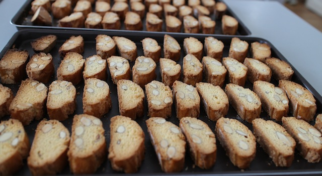 faire griller les biscuits - Cantuccini - le dessert toscan traditionnel