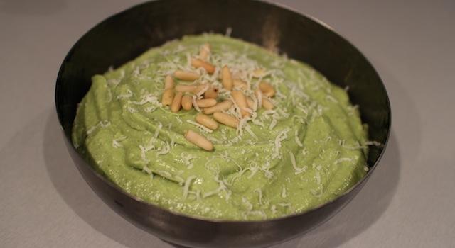 servir la sauce avec du parmesan rapé et des pignons entiers - Sauce pesto légère et healthy