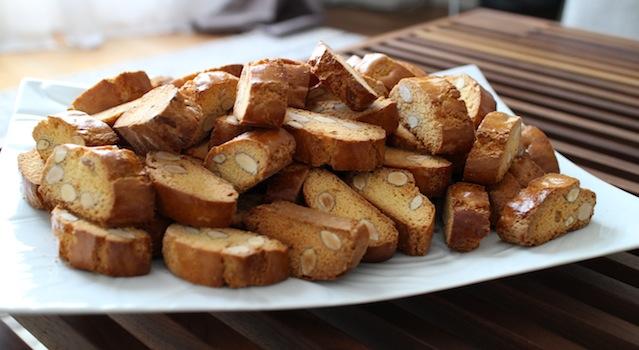 servir les biscuits sur u plat - Cantuccini - le dessert toscan traditionnel