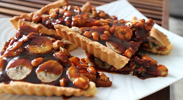découper la tarte et la dévorer - Tarte régressive banane, caramel et cacahuètes