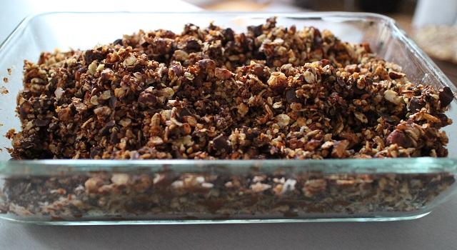 mélanger les céréales avec les pépites de chocolat - Céréales maison chocolat & noisettes