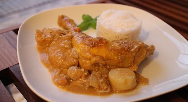 servir le Poulet au curry massaman traditionnel