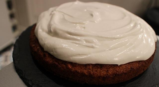 étaler le glaçage au fromage frais et meringue - Carrot Cake - Petit écureuil