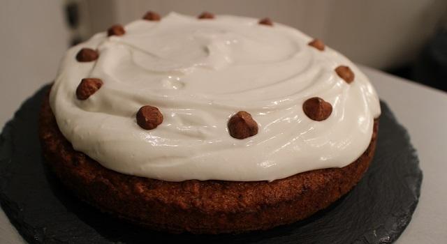 décorer le gateau avec des noisettes entières - Carrot Cake - Petit écureuil