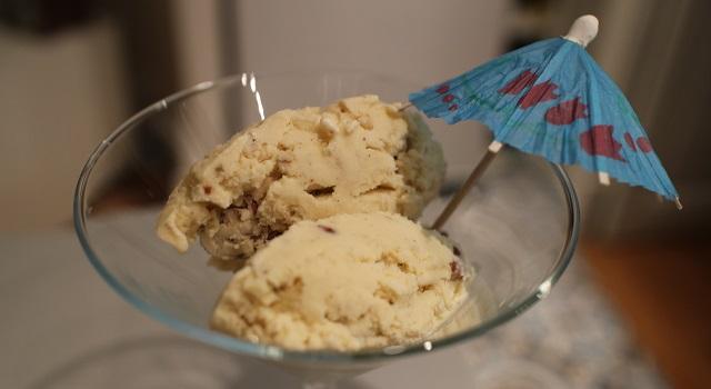 dresser la glace dans des coupes - Glace à la vanille et aux éclats de noix de pecan
