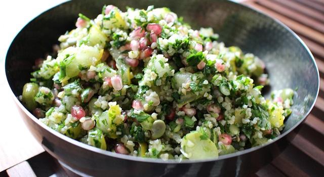 dresser la salade dans un joli plat - Le tabouleh féminin fèves, grenade et coriandre