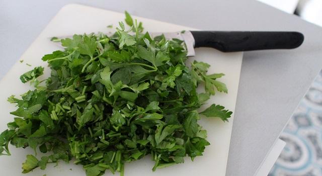 hacher le persil et la coriandre - Le tabouleh féminin fèves, grenade et coriandre