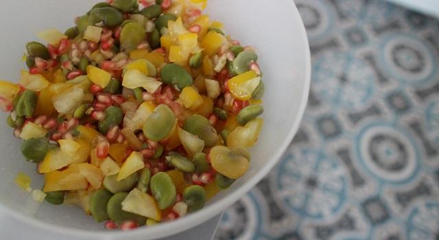 mélanger les ingrédients ensemble - Le tabouleh féminin fèves, grenade et coriandre