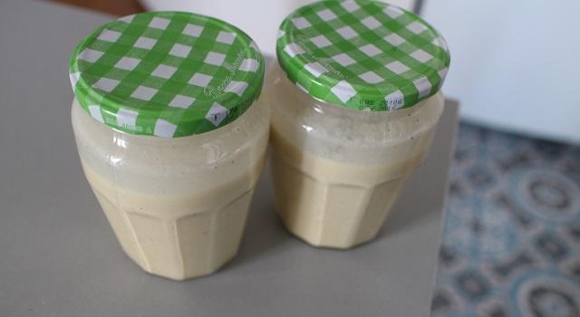 stocker dans des pots en verre ne craignant pas la chaleur - Glace à la vanille et aux éclats de noix de pecan