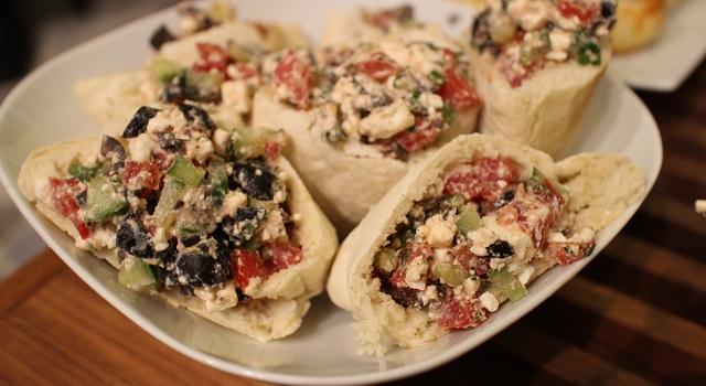 versez la salade dans une pita coupée en deux - Veggie pita à la grecque