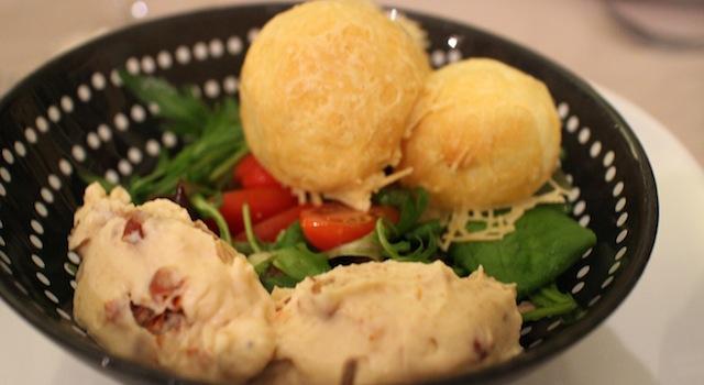 entrée gougères chèvre et salade - My Beautiful AirBnb Diner