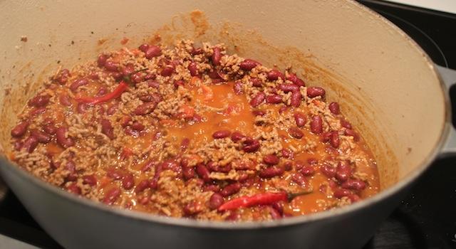 ajouter la sauce tomate et les piments frais - Chili con carne - le symbole Tex-Mex