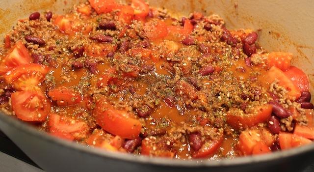 assaisoner avec les épices mexicaines - Chili con carne - le symbole Tex-Mex