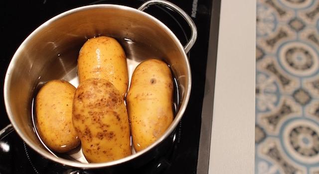 mettre les pommes de terre à cuire - Croquetas de poisson - petits pois & pommes de terre